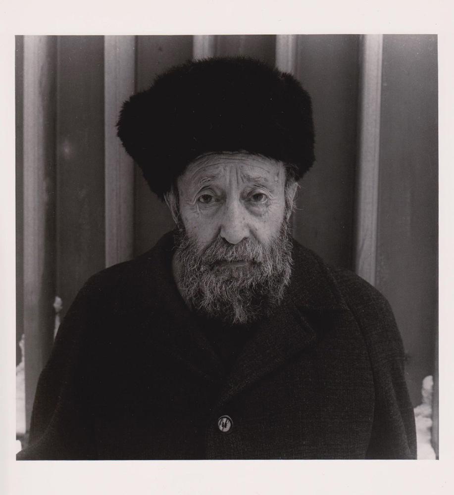 Portraitfoto eines alten Mannes mit Vollbart und Wintermütze, Ukraine im Jahr 1996