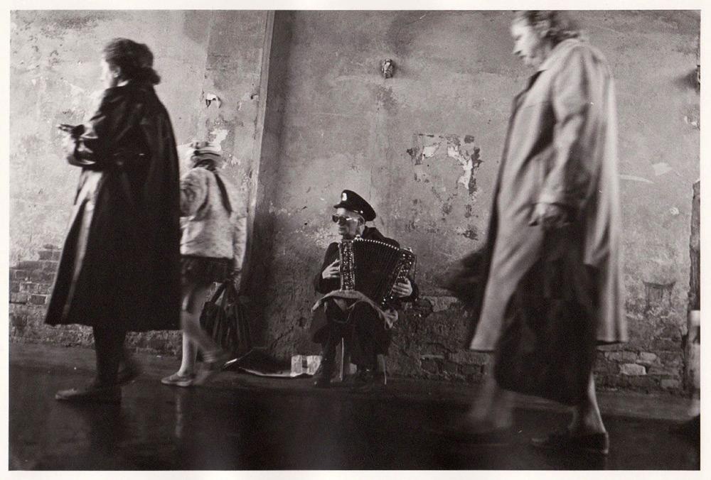 Foto aus der Serie Tag des Sieges, alter Straßenmusiker, Russland, 1993
